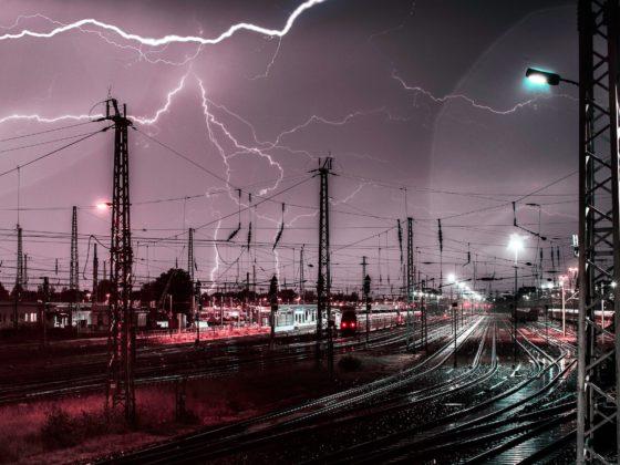 Computer under tordenvejr og lyn
